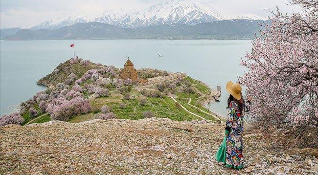 Akdamar Adası'ndaki Bahar Güzelliği Ziyaretçisiz Kaldı