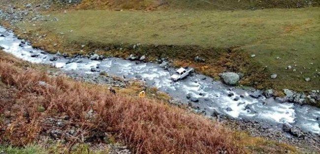 Kamyonet 80 metrelik uçurumdan yuvarlandı
